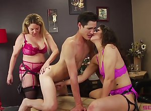 Duteous toff deserves some anal longing wide of strapon brass hats Kiki Daire
